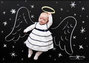 Fotograf Marcus Niesel aus Wolfach in der Nähe von Gengenbach und Schiltach hat hier ein kleines Mädchen auf einer Kreidetafel abgelichtet. Auf der Tafel sind Engelsflügel aufgemalt und so fliegt der kleine Engel in die Lüfte.