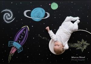 Ein Neugeborenes Baby fliegt als Astronaut durch den Weltraum