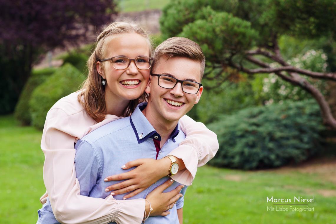 Anna und Georg hatten viel Spaß bei der engagement Fotosession mit Marcus Niesel. Unter freiem Himmel mit natürlichen Licht fotografiert von Marcus Niesel