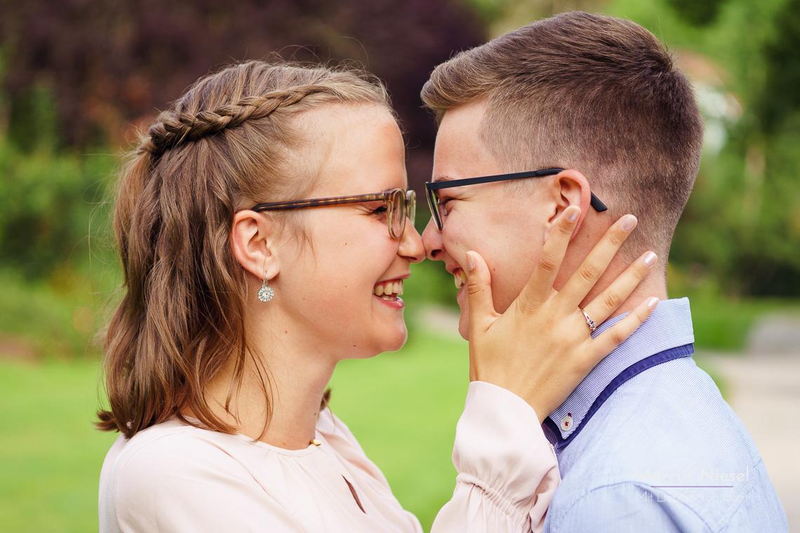 Spaß ist bei einem Paarfotoshooting mit Fotograf Marcus Niesel immer dabei. Anna und Georg strahlen sich gegenseitig in die Augen.