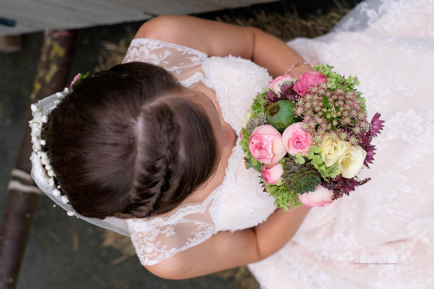 Der Brautstrauß von oben fotografiert. Hochzeitsfotoschooting mit Marcus Niesel in Ettenheim.