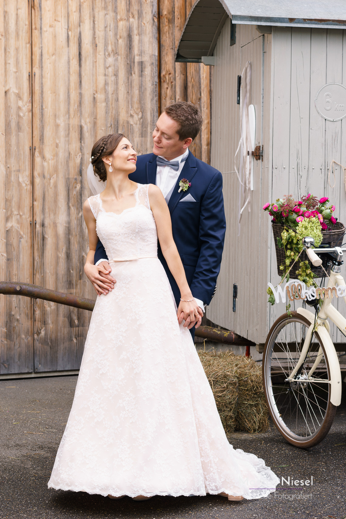 Das Hochzeitspaar vor ihren eigens renovierten Wagen. Hochzeitsfotograf Marcus Niesel in Ettenheim