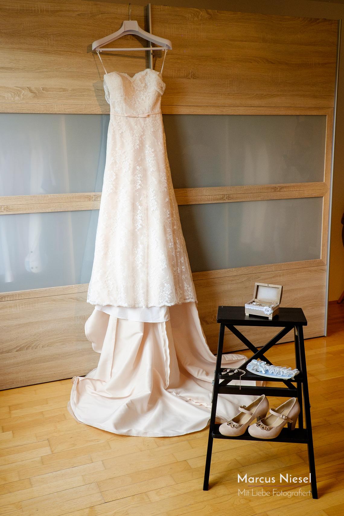 Die Vorbereitung der Hochzeit gehört mit zur Reportage dazu. Hier das Brautkleid und die dazugehörigen Accessoires.