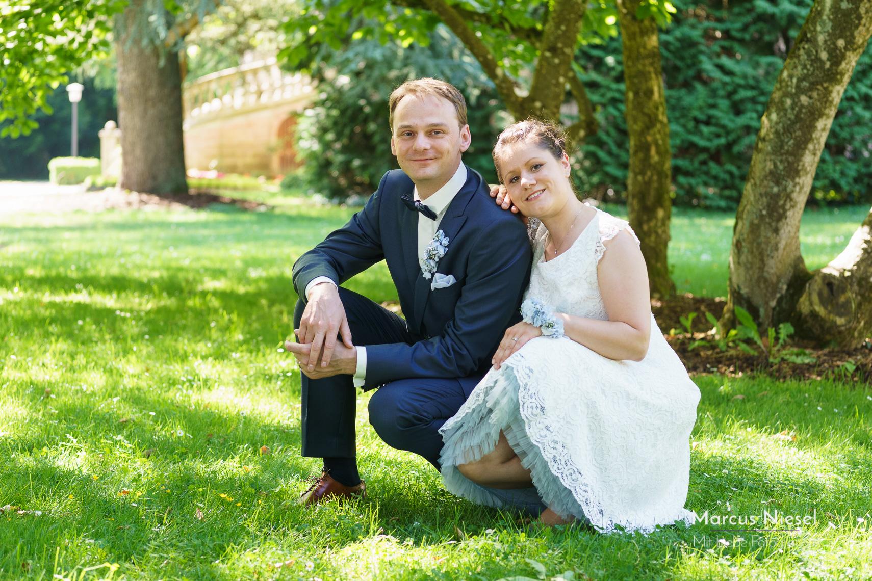 Fotoshooting mit dem traumhaften Hochzeitspaar im grünen Park von Bad Säckingen. Hochzeitsfotograf Marcus Niesel