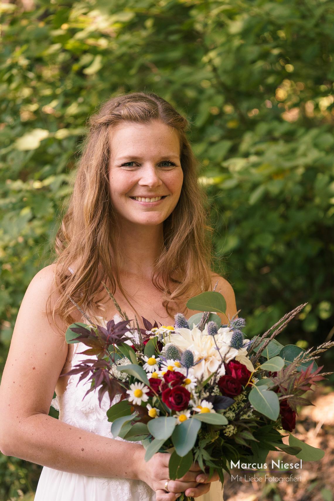 Die Braut lacht mit einem strahlenden lächeln das sehr ansteckend ist.