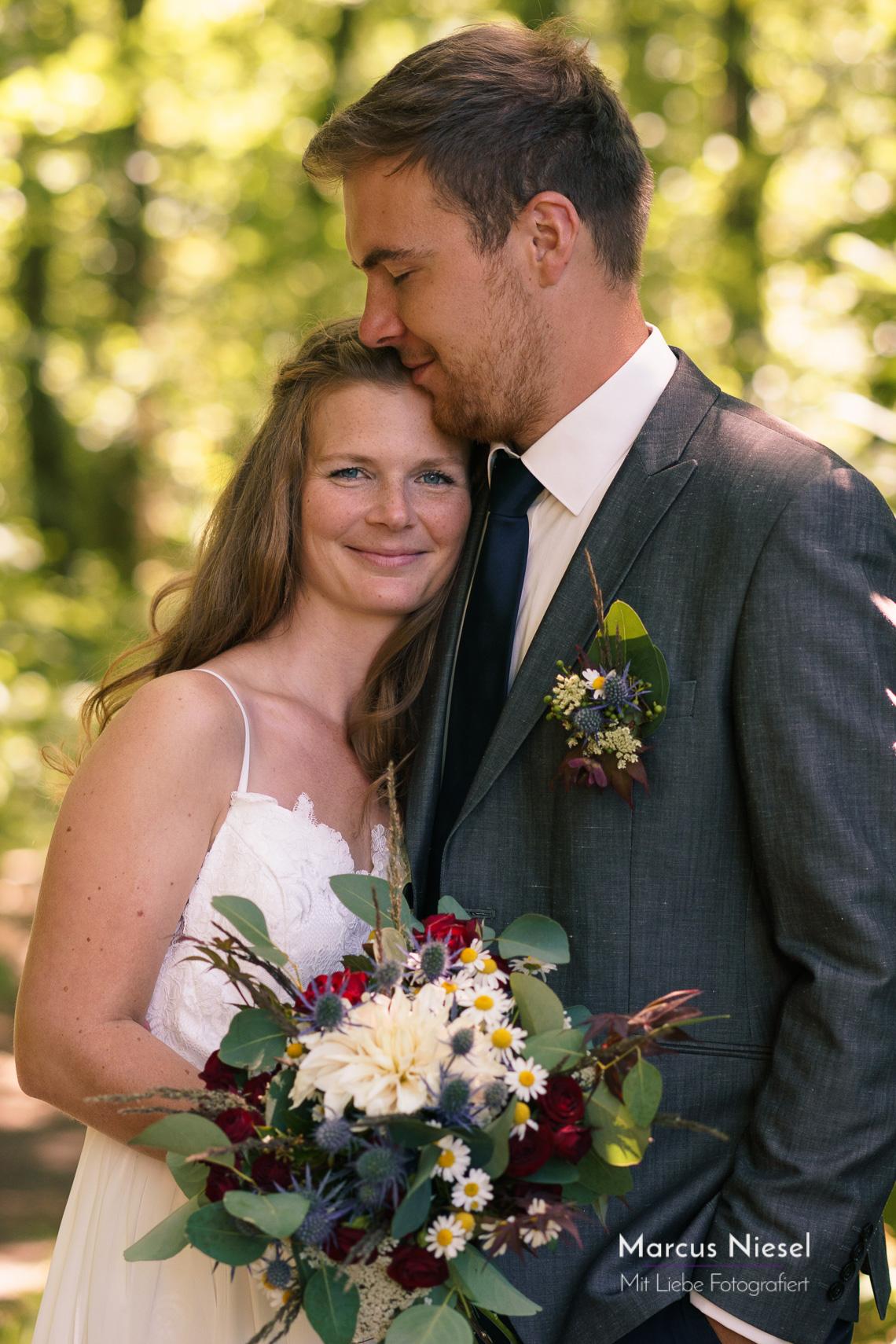 Das Brautpaar nutzt das Fotoshooting für ein paar letzte ruhige Minuten vor ihrer Hochzeit.