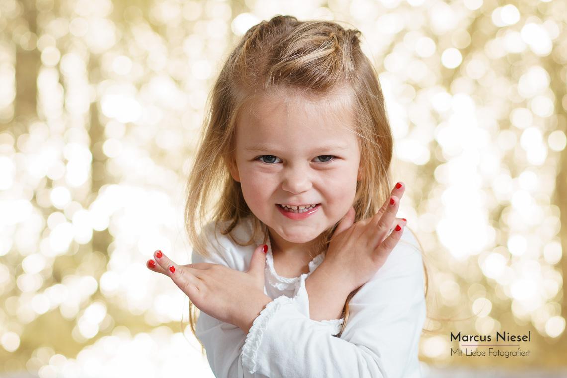 Süßes Mädchen vor goldenem Hintergrund von einem Familienshooting in Hausach. Fotograf Marcus Niesel