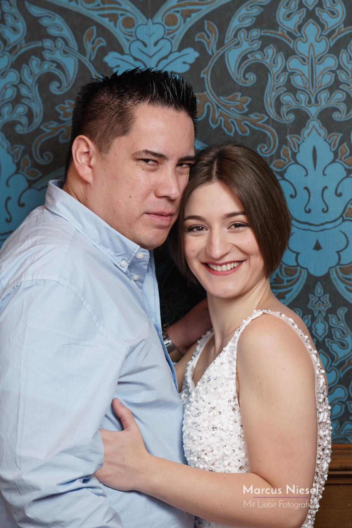Brautpaar im blauen Salon von Wolfach. Hochzeitsfotos von Fotograf Marcus Niesel